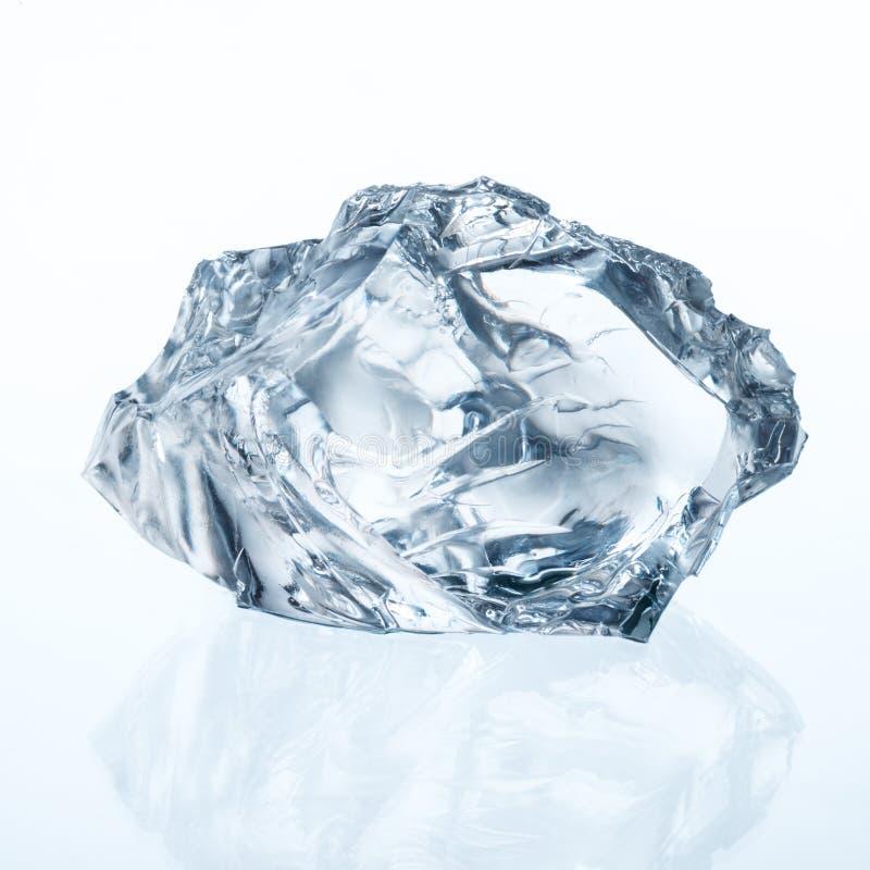Cubo de gelo isolado no branco imagem de stock