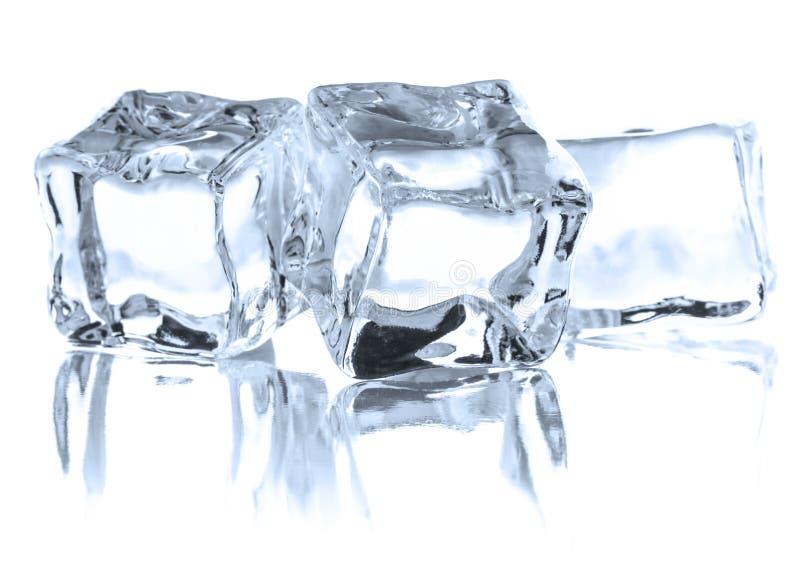 Cubo de hielo aislado en el recorte blanco del fondo fotografía de archivo