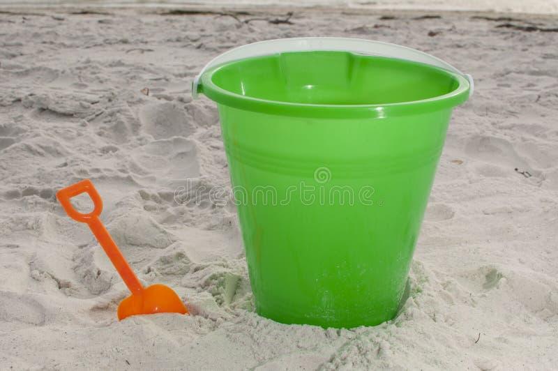 Cubo de la arena en la playa imagen de archivo