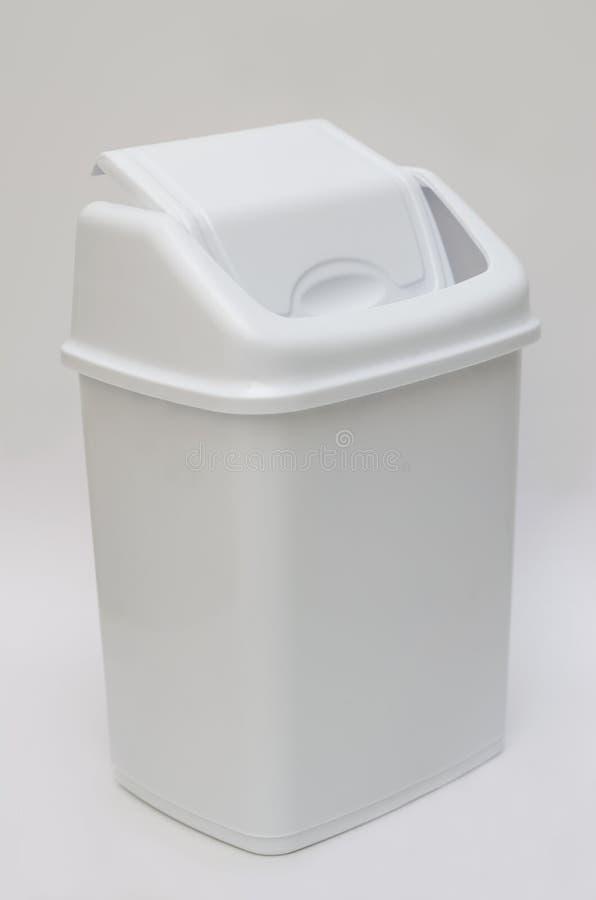 Cubo de la basura con la tapa con bisagras imagenes de archivo