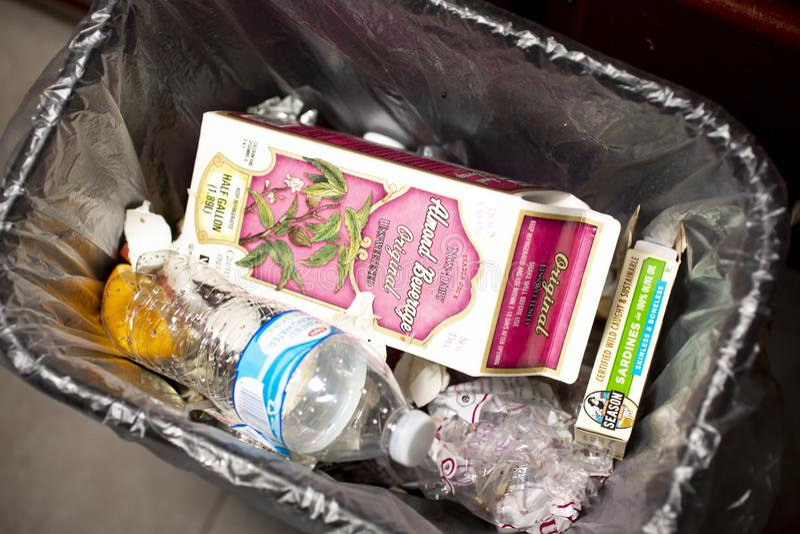 Cubo de la basura con basura fotos de archivo libres de regalías