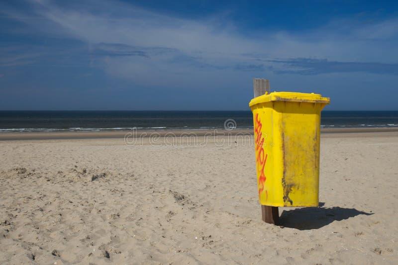 Cubo de la basura en la playa imagen de archivo libre de regalías