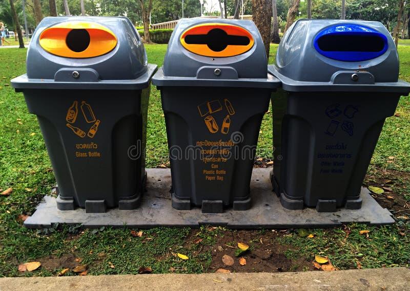 Cubo de la basura exterior en el parque foto de archivo