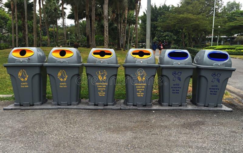 Cubo de la basura exterior en el parque foto de archivo libre de regalías