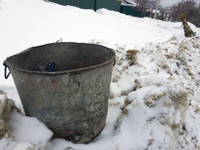 Cubo de la basura hermoso del vintage en nieve foto de archivo