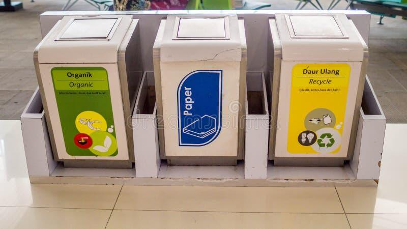 Cubo de la basura para diverso tipo de basura La basura recicla el compartimiento imagenes de archivo