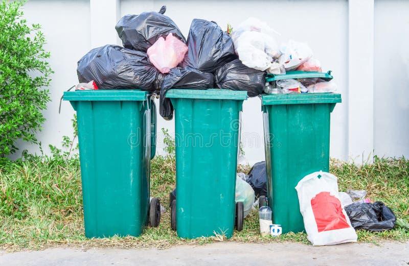 Cubo de la basura verde cerca de la playa en Tailandia imagen de archivo
