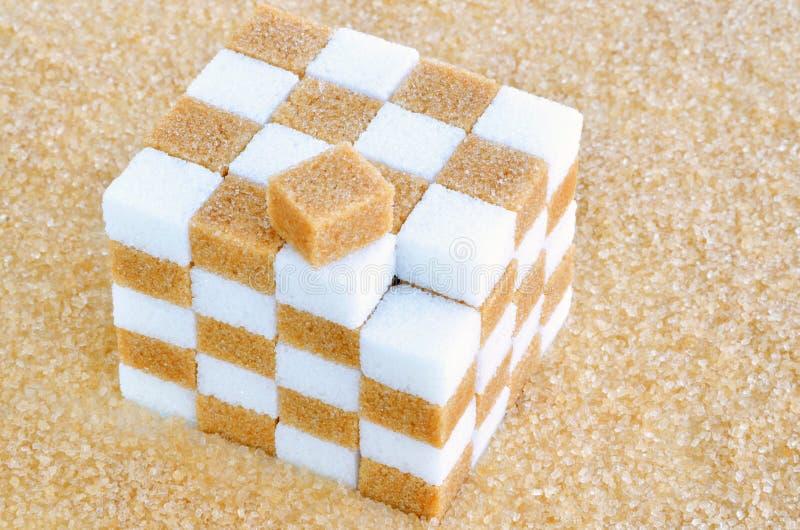 Cubo de los cubos del azúcar marrón y blanco fotos de archivo