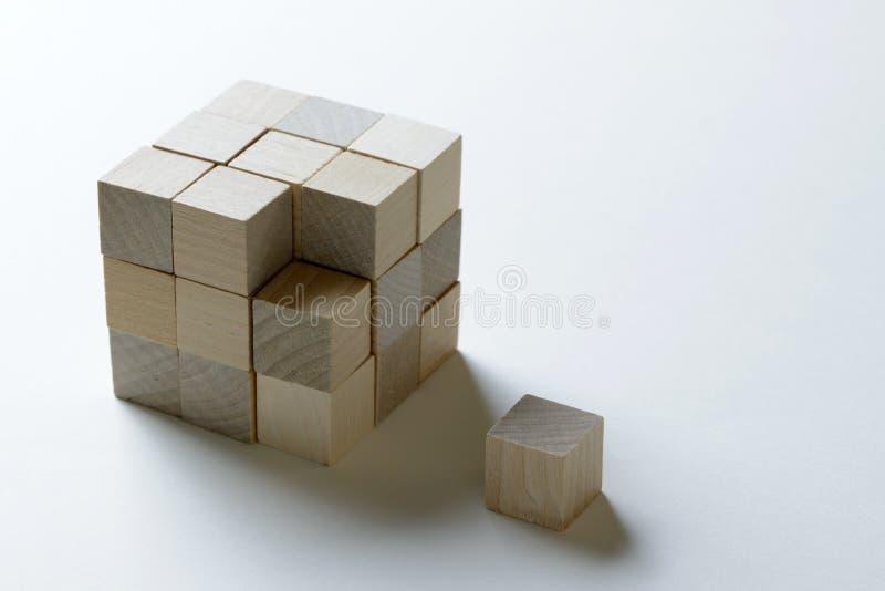 Cubo de madera del pedazo que falta pasado a terminar imágenes de archivo libres de regalías