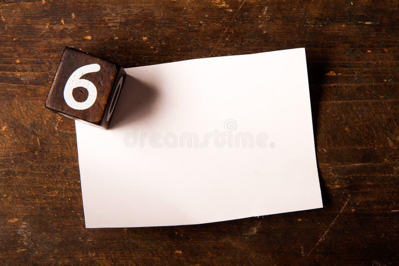 Cubo de papel e de madeira com número na tabela de madeira, 6 imagens de stock