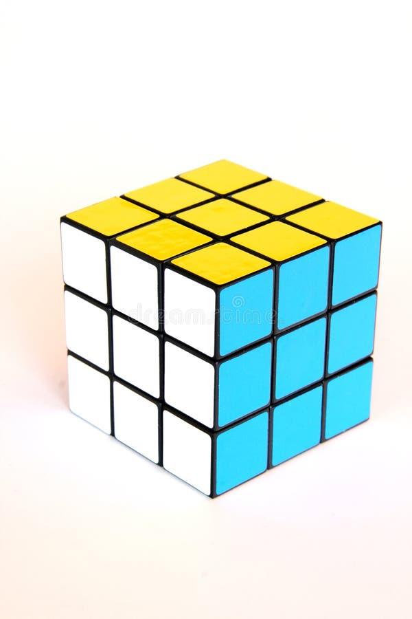 Cubo de Rubik no amarelo, no azul e no branco foto de stock