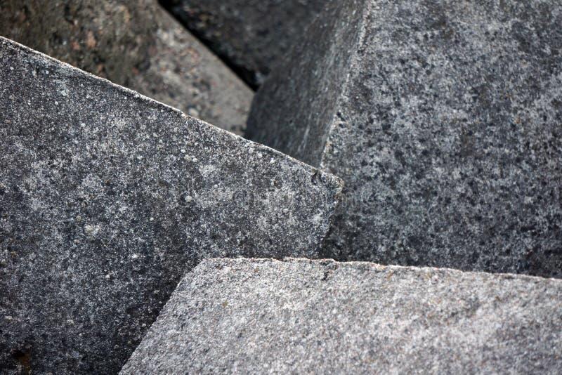 Cubo del cemento all'aperto al sole producendo un'ombra Fondo grigio Costruzione astratta Bloks del cemento Disegno cubico fotografia stock
