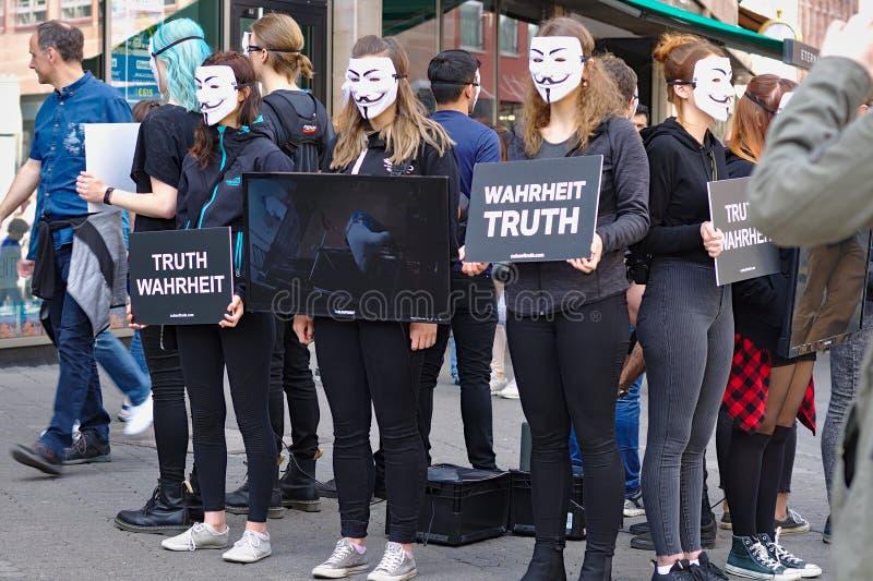 Cubo del grupo de la protesta de la verdad imagen de archivo libre de regalías