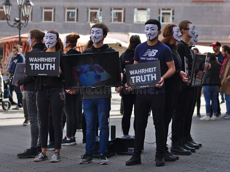 Cubo del grupo de la protesta de la verdad imagen de archivo