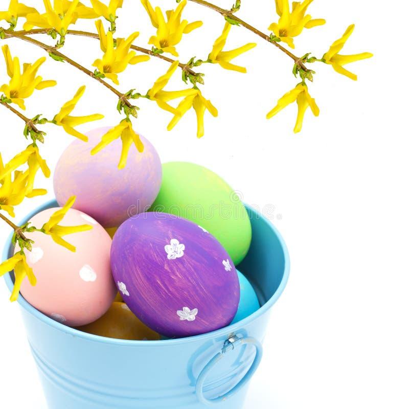 Cubo del ib de los huevos de Pascua aislado en blanco imagenes de archivo
