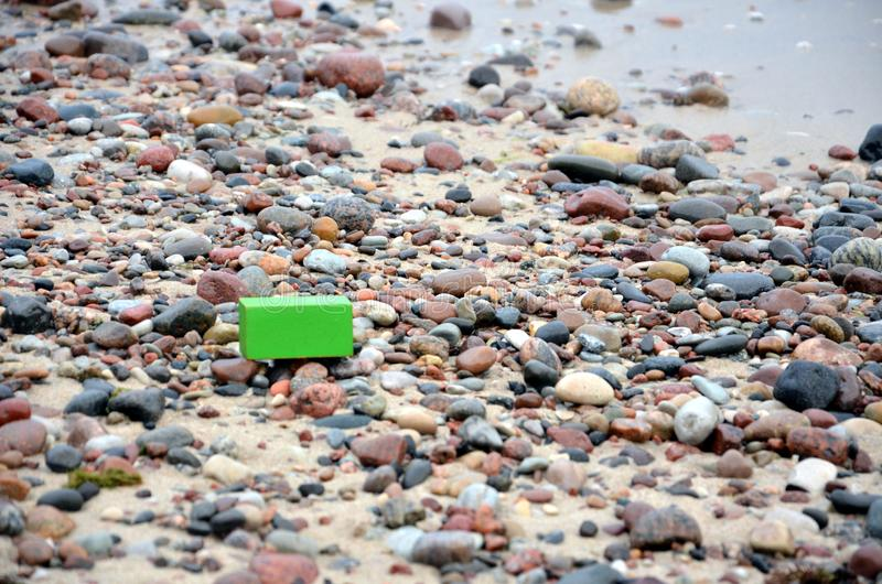 Cubo del ` s de los niños olvidado en la costa fotografía de archivo libre de regalías