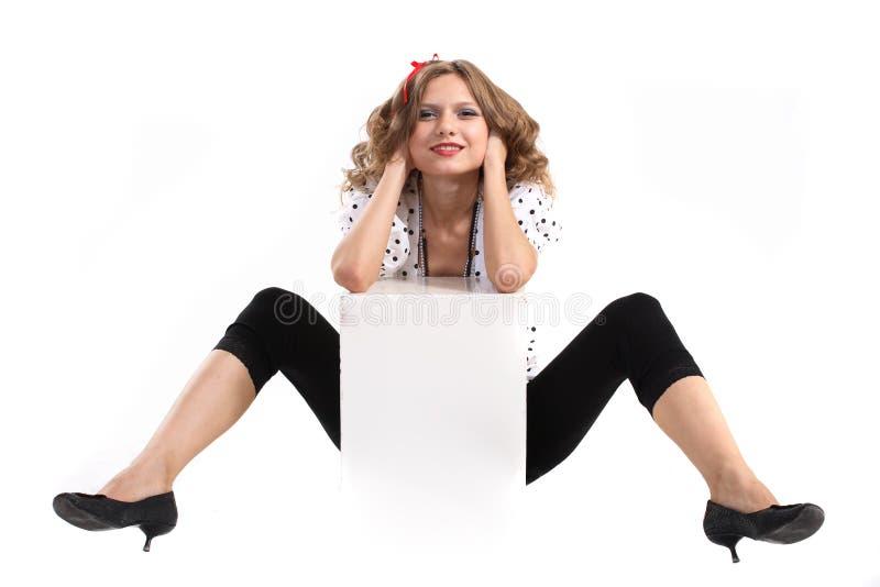 Cubo di bianco di conclusione della giovane donna. immagini stock