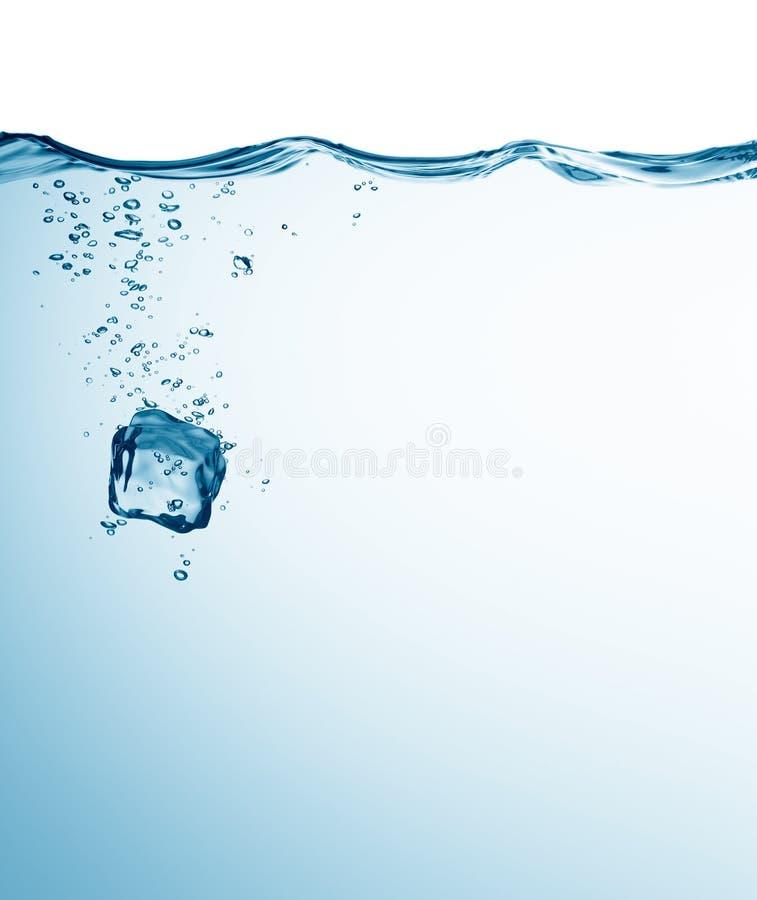 Cubo di ghiaccio in acqua fotografia stock libera da diritti