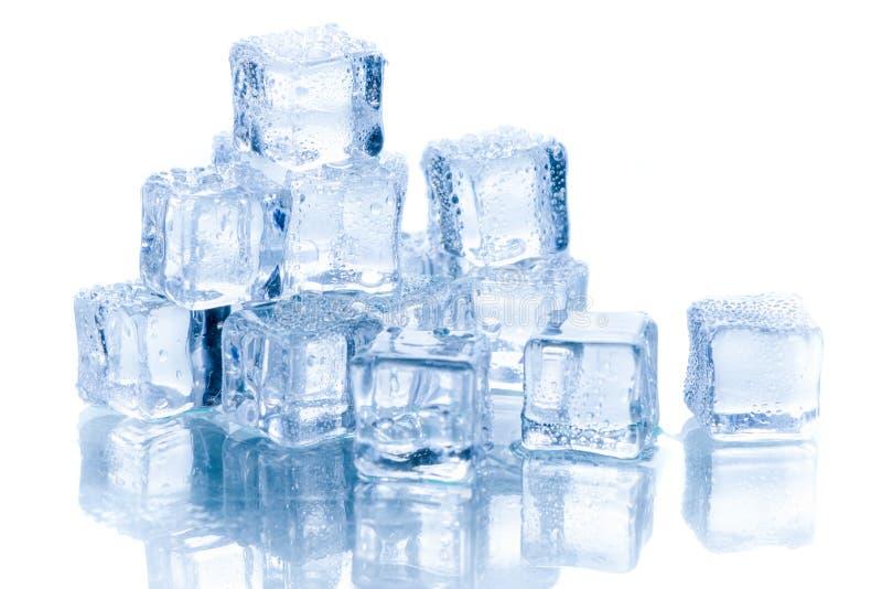 Cubo di ghiaccio isolato su bianco immagini stock libere da diritti