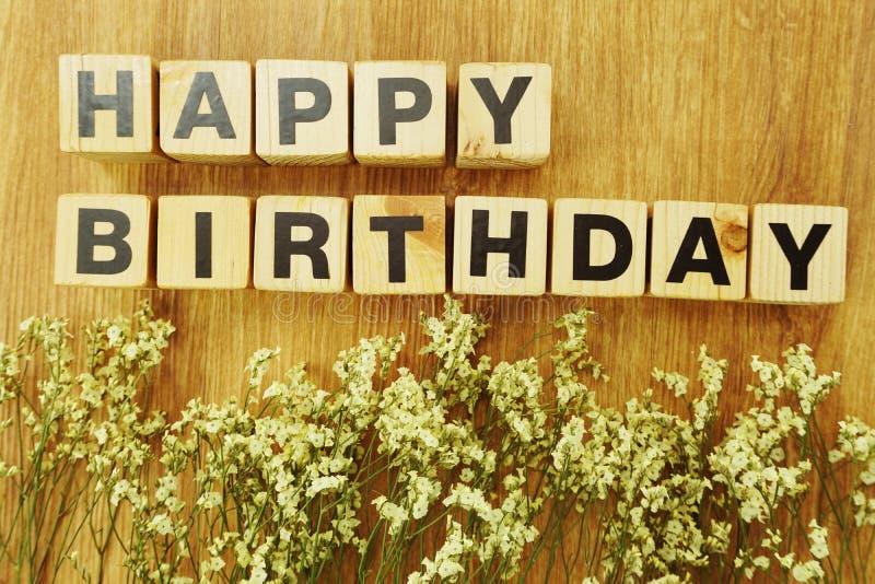 Cubo di legno di alfabeto di giorno di buon compleanno su fondo di legno fotografie stock libere da diritti