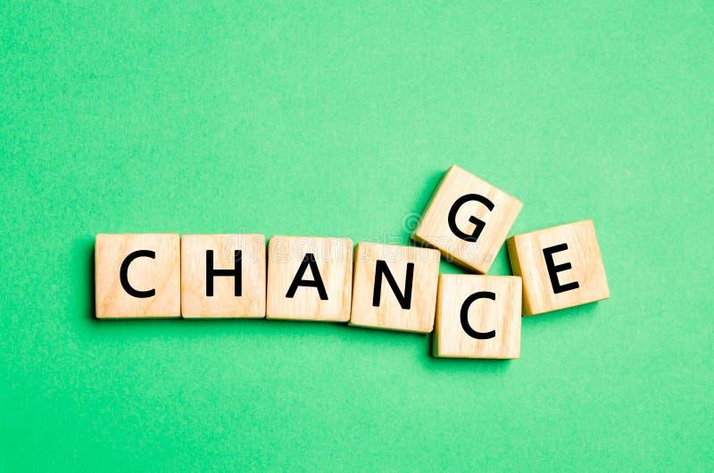 Cubo di legno con il cambiamento di parola alla probabilità sulla tavola di legno Concetto sviluppo e di crescita o del cambiamen immagine stock