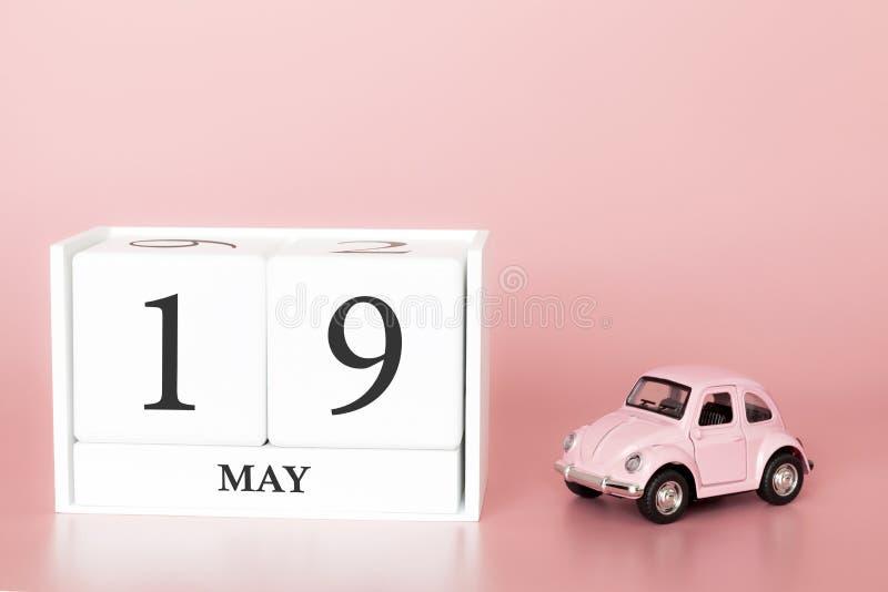 Cubo di legno del primo piano diciannovesimo maggio Il giorno 19 di pu? mese, calendario su un fondo rosa con immagini stock libere da diritti