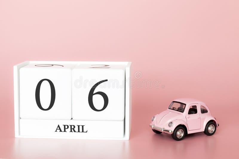 Cubo di legno del primo piano il sesto aprile Giorno 6 del mese di aprile, calendario su un fondo rosa con fotografia stock