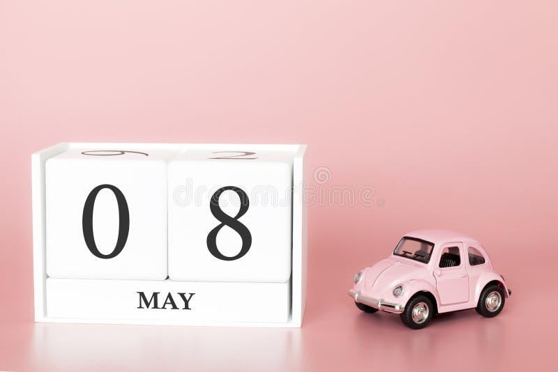 Cubo di legno del primo piano ottavo maggio Il giorno 8 di pu? mese, calendario su un fondo rosa con fotografie stock