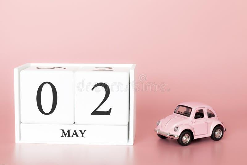 Cubo di legno del primo piano secondo maggio Il giorno 2 di pu? mese, calendario su un fondo rosa con fotografia stock libera da diritti