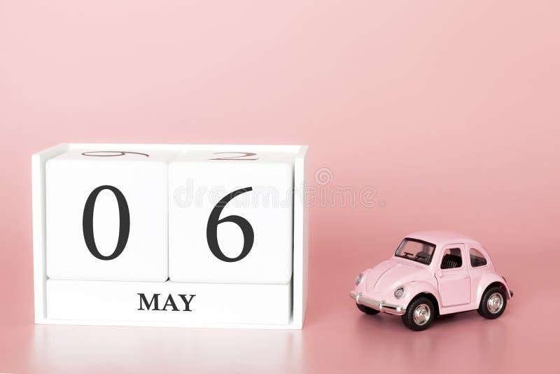 Cubo di legno del primo piano sesto maggio Il giorno 6 di pu? mese, calendario su un fondo rosa con fotografia stock