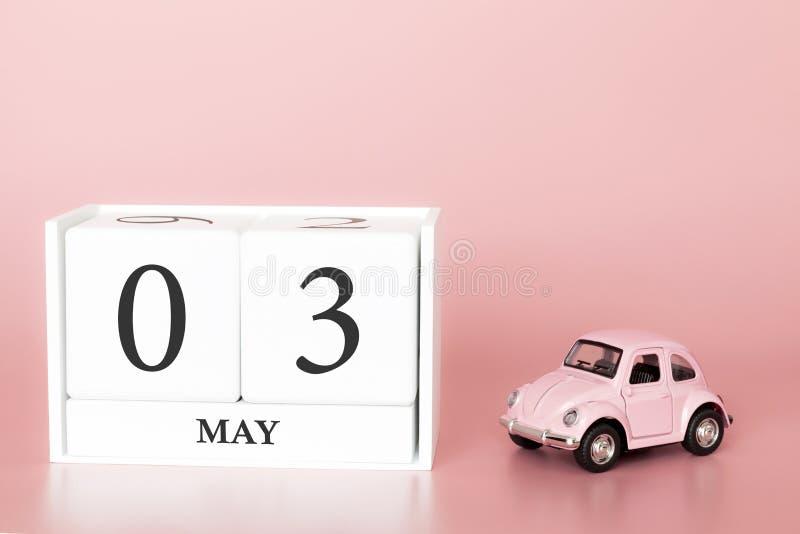 Cubo di legno del primo piano terzo maggio Il giorno 3 di pu? mese, calendario su un fondo rosa con fotografie stock libere da diritti