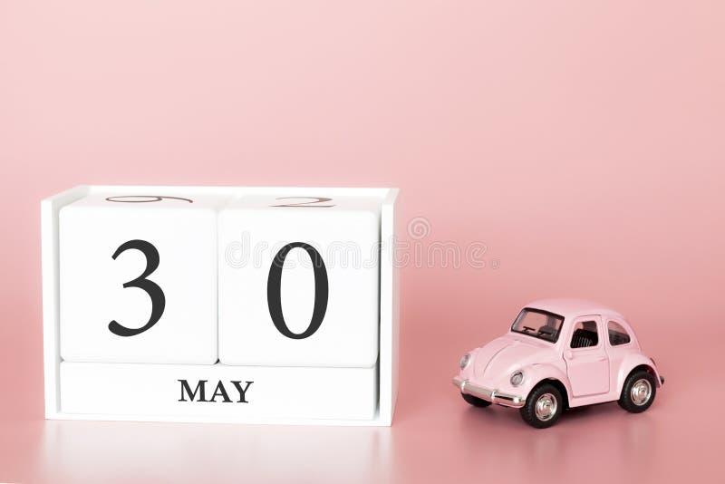 Cubo di legno del primo piano trentesimo maggio Il giorno 30 di pu? mese, calendario su un fondo rosa con immagine stock libera da diritti