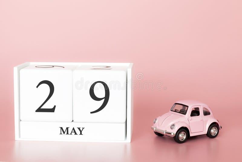 Cubo di legno del primo piano ventinovesimo maggio Il giorno 29 di pu? mese, calendario su un fondo rosa con fotografia stock