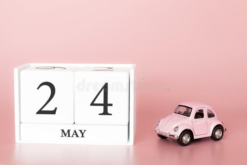 Cubo di legno del primo piano ventiquattresimo maggio Il giorno 24 di pu? mese, calendario su un fondo rosa con fotografia stock libera da diritti