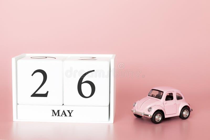 Cubo di legno del primo piano ventiseiesimo maggio Il giorno 26 di pu? mese, calendario su un fondo rosa con immagine stock libera da diritti