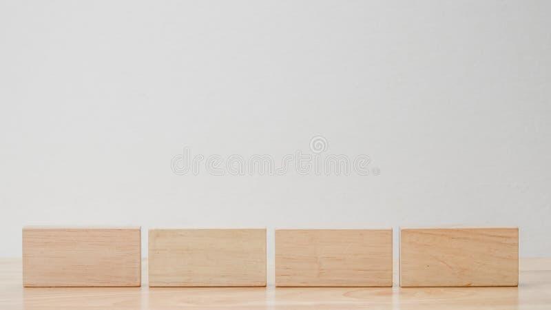 Cubo di legno reale geometrico astratto con la disposizione surreale su fondo bianco immagini stock