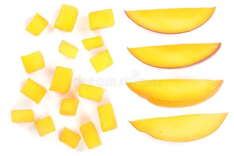 Cubo e fette di frutta del mango isolati sul primo piano bianco del fondo Vista superiore Disposizione piana immagini stock