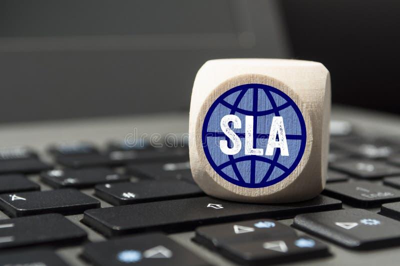 Cubo en el teclado del ordenador portátil con el Servicio-Nivel-acuerdo de SLA imagen de archivo libre de regalías