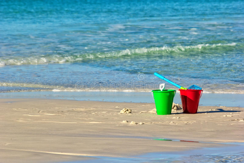 Cubo en la playa fotos de archivo libres de regalías