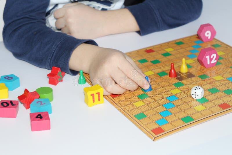 Cubo, microplaquetas, figuras de madeira, um campo brilhante para o jogo imagem de stock royalty free