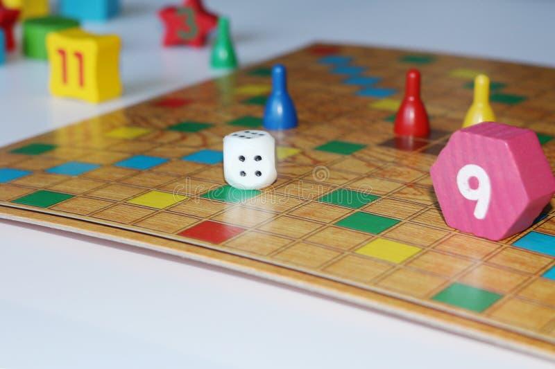 Cubo, microplaquetas, figuras de madeira, um campo brilhante para o jogo imagens de stock