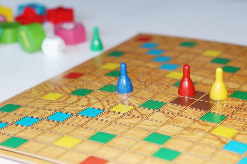 Cubo, microplaquetas, figuras de madeira, um campo brilhante para o jogo imagem de stock