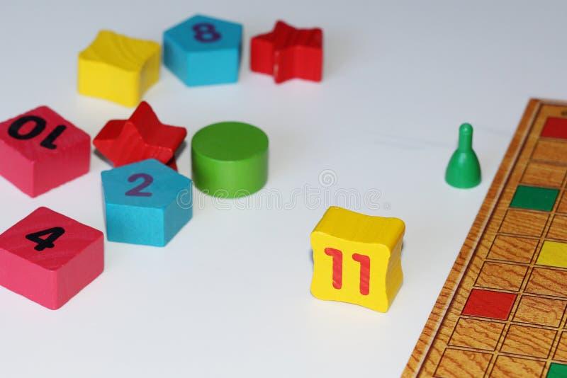 Cubo, microplaquetas, figuras de madeira, um campo brilhante para o jogo imagens de stock royalty free