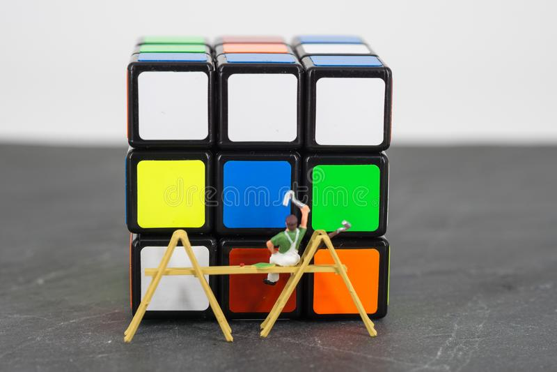 cubo miniatura de la pintura del trabajador de la gente fotos de archivo