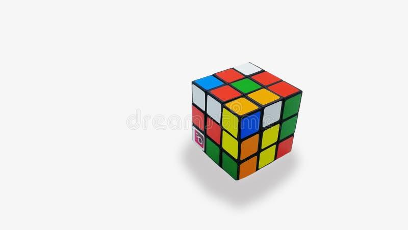Cubo multicolor del ` s de Rubik en un fondo blanco foto de archivo