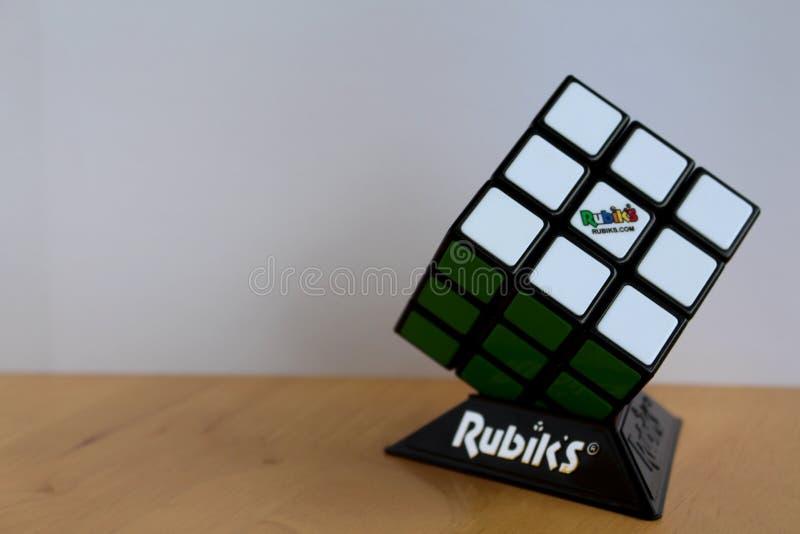 Cubo original de la marca del ` s de Rubik en un soporte foto de archivo libre de regalías