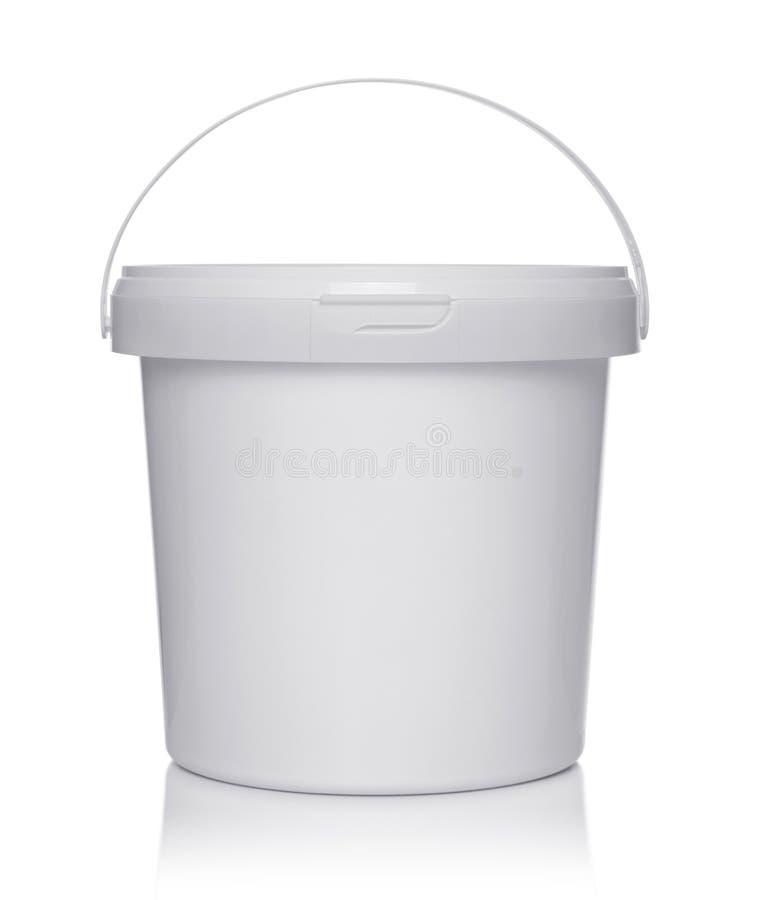 Cubo plástico blanco con la tapa fotos de archivo