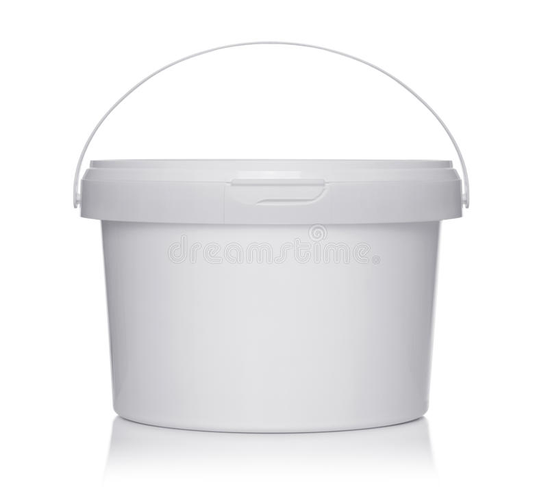 Cubo plástico blanco con la tapa en un blanco fotografía de archivo