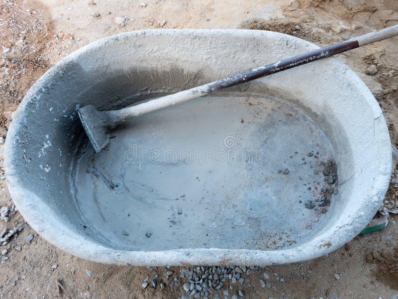 Cubo plástico grande para mezclar el mortero del cemento foto de archivo libre de regalías