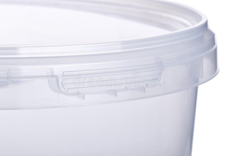 Cubo plástico transparente con la tapa transparente, envases de plástico en el fondo blanco, caja plástica de la comida aislada e foto de archivo libre de regalías